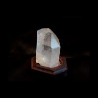Кристалл горного хрусталя на подставке
